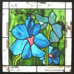 фото витраж голубые цветы